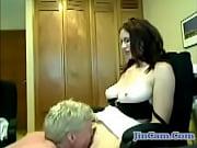 Одевает ртом гандон порно