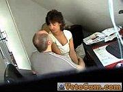 Парень жадно целует писю своей девушке
