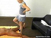Девушка трется клитором о ногу подруги и кончает