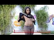 Порно видео девушку бьют кулаком по груди