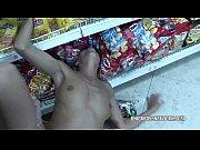 Молодой парень трахает блондинку в очках и черных чулках на диване порно