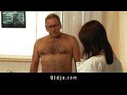 Зрелый мужик дал свою жену бомжам порно