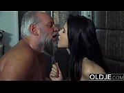 Зрелая мамаша в красном хочет секса