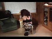 Зрелая телка оголяется перед прохожими видео