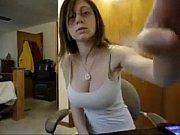 Мама играет в бутулеку и раздеваеться