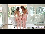 видео секс лезбиянки балуются с искусственным членом