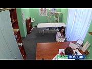 В ванной молодуха дрочит клитор в обзоре снимающей видео скрытой камеры