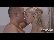 Блондинка с аппетитной задницей отсасывает своему парню