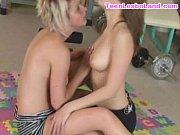Image Madura e novinha se pegando no chão