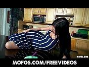 Девушка дрочит себе пизду и кончяет брызгами