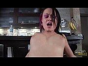 Ебуть женщину с большими молочными грудью и сосеть его