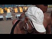 Видео голая девушка обливаетса