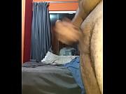 Молодой человек мастурбирует свой член
