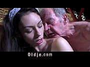 Женщина с большимисиськами моется видео