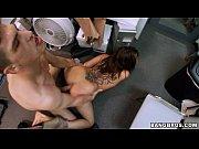 Девушка в стрингах приспускает свои штаны и показывает свою киску