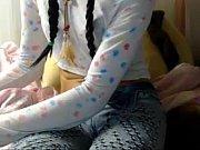 Девушка в мини юбке показывает свою попку видео