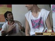 Молодая девушка мастурбирует огурцом видео