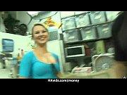 Женщина сама себе лижет соски грудь видео