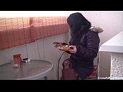 Русская бабушка показывает внуку сиськи