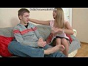 Жена подрачивая мужу член смотрит в глаза подруге