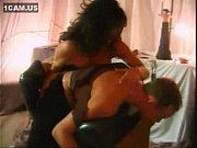 Сексуальную брюнетку мужчина долбит толстым членом в попку