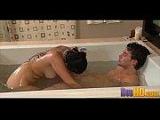 Две девушки и один парень на ванне