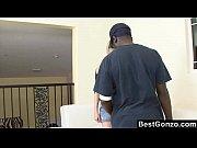 Сексуальные две девушки целуются с большой грудью