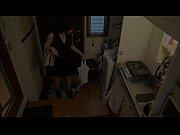素人童貞のモテない男性宅を突然訪れたセクシーお姉さんがエッチなサービスを施しています
