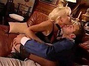 Секси брюнетка мастурбирует киску в саду