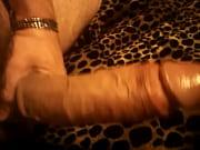 Длинноногая кокетка обеими пятернями тискает мокрую письку, завывая от удовольствия