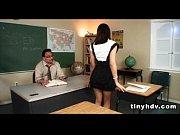 Девушки засоввывают себе в дырки различные предметы домашнее видео