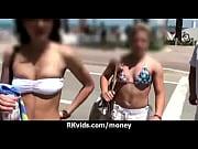 голые девушки играют в пляжный волейбол на пляже фото