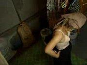 Жена сморит как муж садится на страпон