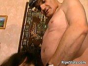 Толстый очкарик трахает брюнетку