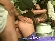 Брюнетка дрочит парню на стуле
