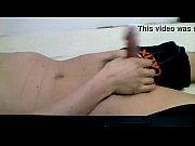 Девка насаживается на столбик кровати
