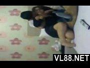 Раздвинутые ножки под юбкой у девушек