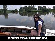 Девушка с большой натуральной грудью занимается сексом видео