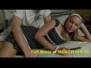 Порно в отеле худая девушка в полосатой майке