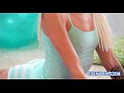 Девушка играет со своей грудью