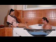 Мужик трогает сиськи девушки в кухне видео