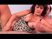 Женщина широко раздвигает ножки и крупным планом показывает пизду