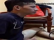 Мускулистый мужик дрочит видео