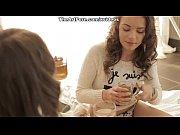 Как молодые девушки играют с клизмой