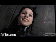 Голая девушка под пытками