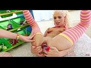 Две блондинки зажигают в групповом сексе
