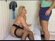 Девушка занимается сексом с рычагом кпп