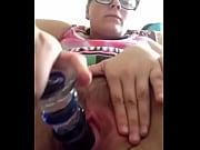 Девушка в слитном черном купальнике с кольцами