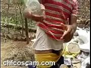 culo el por botella una empujan le Jugando