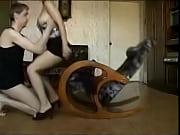 Красивая девушка показывает свою киску парню